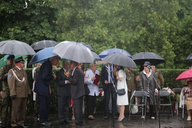 """Uroczystościom na skwerze Szarych Szeregów towarzyszył deszcz.    Czytaj też:  Z pochodniami na rondzie w centrum Kielc. """"Godzina W"""" na część powstańców warszawskich [WIDEO, ZDJĘCIA]"""