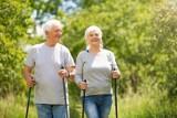 Uniwersytet Trzeciego Wieku w Pruszczu zaprasza seniorów na zajęcia ruchowe ćwiczenia i spacer z kijkami