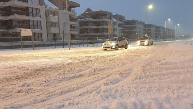 Nocne opady śniegu paraliżują ruch na opolskich drogach. Aleja Solidarności w Opolu.