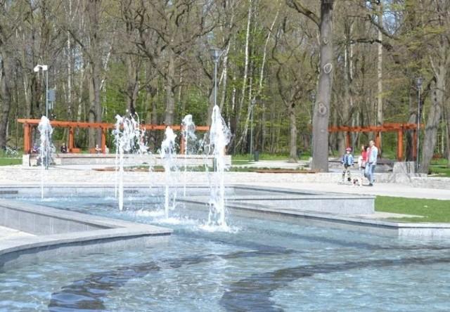 """Park Zielona  Zielona w Dąbrowie Górniczej zachwyca. Czas wolny spędzają tutaj całe rodziny oraz paczki przyjaciół. Ludzi spotkamy tutaj także wieczorami, ale spokojnie, nie jest tłoczno.   Piękne fontanny, ładne kwiatki i drzewa, place zabaw - każdy znajdzie tutaj coś dla siebie. To dobre miejsce, by uczyć się jeździć na rolkach oraz stawiać pierwsze """"kroki"""" w jeździe na rowerze. Zwierzęta również lubią wybiegać się po parku."""