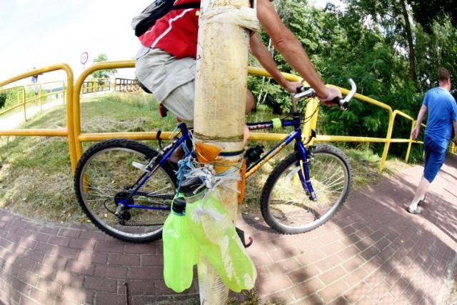 W Niesulicach, na środku ścieżki rowerowej stoi metalowy słupek.