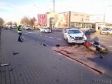 Wypadek na Budowlanych w Opolu. Motocyklista zderzył się z osobowym mercedesem