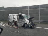 Wypadek na autostradzie A4. Kierowca renaulta ściął bariery na A4 i przeleciał na drugą stronę autostrady. Jedna osoba trafiła do szpitala