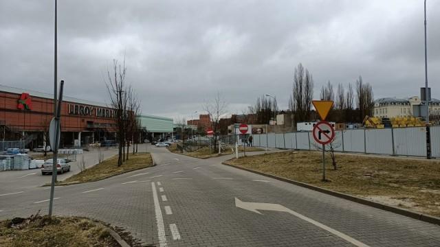 Jadące z Żubardzia autobusy linii 87 A i B skręcą w ul. Karskiego i przez parking przy Leroy Merlin wrócą na Ogrodową, omijając zamknięty odcinek tej ulicy.