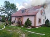 Pożar domu w Trutnowach gm. Cedry Wielkie. Paliło się poddasze. W akcji brało udział 10 zastępów |ZDJĘCIA