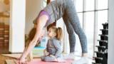Na dzień matki. Wspólnie zajęcia sportowe dla mam z małymi dziećmi. Dobrym pomysłem są treningi online [WIDEO]
