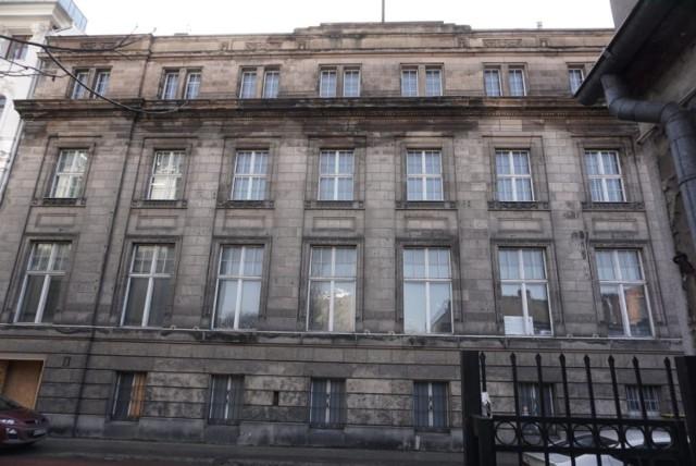 Pokryta patyną czasu fasada budynku zostanie oczyszczona i poddana renowacji.