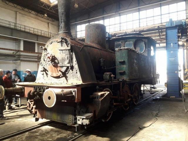"""Zabytkowy parowóz """"Wiesiek"""" w hali remontowej Cargo"""