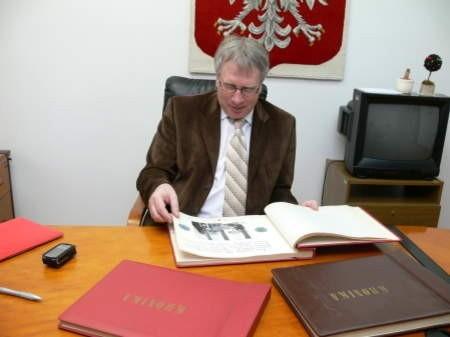 Wójt Jerzy Szpakowski stare kroniki przegląda, ale dzieła poprzedników kontynuować nie zamierza. Fot. Marcin Pacyno