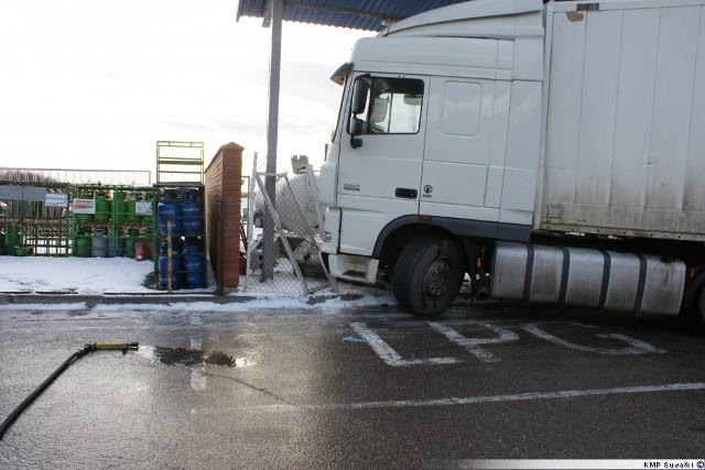 12 marca, o godz. 5.45, doszło do wypadku, podczas którego samochód ciężarowy wjechał  w dystrybutor gazu na stacji paliw. Na miejscu jest policja, pogotowie sześć zastępów straży pożarnej.  Wypadek na trasie Kolno - Grabowo. 29-latka dachowała w rowie [zdjęcia]