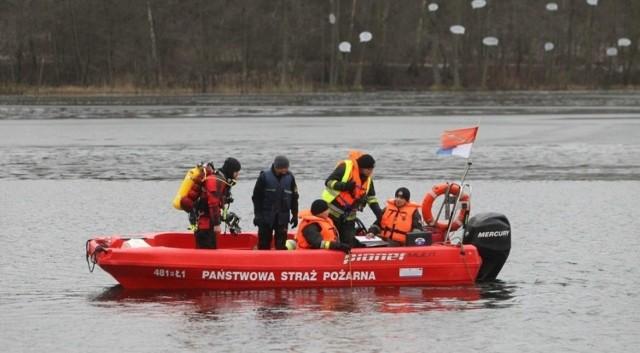 Na miejscu pracowało aż 13 zastępów straży pożarnej. Na szczęście wszyscy trzej wędkarze zostali wyłowieni i przekazani pod opiekę lekarzy.