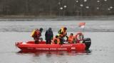 Jezioro Rosnówko pod Poznaniem. Wędkarze wpadli do wody. Ratowało ich kilkudziesięciu strażaków
