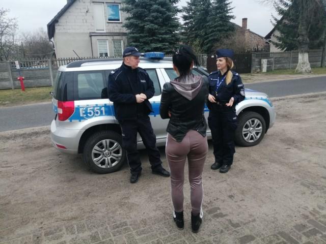 Policjanci kontynuują sprawdzenia osób objętych kwarantanną, a także informują mieszkańców powiatu krośnieńskiego o przestrzeganiu nowych obostrzeń wprowadzonych w walce z rozprzestrzenianiem się wirusa.