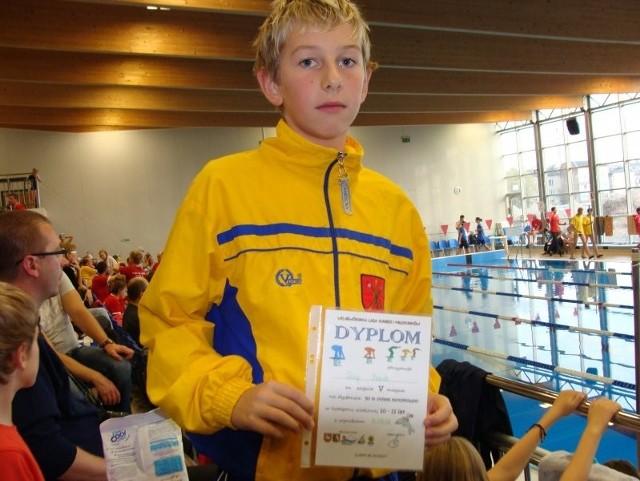 Zawody, które odbyły się 26 października na pływalni MOSiR w Lublinie, poprzedziła bardzo miła uroczystość, bowiem oficjalnie wręczono wyróżnienia najlepszym zawodnikom tegorocznego wieloboju pływackiego dzieci 10- i 11-letnich rozegranego w całej Polsce w maju (wystartowało ok. 3 tysiące młodych zawodników). Jednym z wyróżnionych zawodników był Artur Siekaczyński, który w końcowej klasyfikacji wieloboju (4 konkurencje) uplasował się na III miejscu w Polsce! Na zdjęciu Filip Bożek, jeden z uczestników sobotnich zawodów w Lublinie.