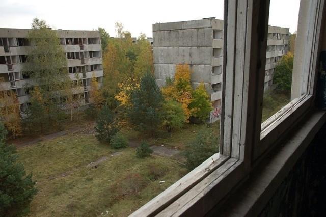 Pstrąże (niem. Pstransse, w latach 1933-45 Strans, ros. Страхув) – leży 20 km od Bolesławca. Przez miejscowość przepływa rzeka Bóbr.  Pstrąże miało szczęście do różnych armii. W 1901 roku rozpoczęto przebudowę wsi dla potrzeb armii niemieckiej. Powstały koszary a na rzece Bóbr wybudowano potężny betonowy most.  W 1945 Pstrąże zostało zajęte przez wojska radzieckie. Miejscowość zniknęła z map. Aby uniemożliwić przedostawanie się na teren obiektu zniszczony most nie został odbudowany, a otaczające lasy zaminowano.  Po rozpadzie ZSRR tamtejsze tereny zostały włączone do Polski wszyscy mieszkańcy opuścili swoje mieszkania.   Od tego czasu Pstrąże niszczało. Odbywały się tu ćwiczenia wojskowe, w tym wojsk specjalnych, a także straży pożarnej, ratownictwa, policji. Bloki były również celem wypraw eksploratorów oraz miłośników Air Soft Gun i Paintballa. Ostatecznie budynki wyburzono, pozostały po nich tylko resztki gruzów. Na zdjęciu stan tuż przed wyburzeniem.