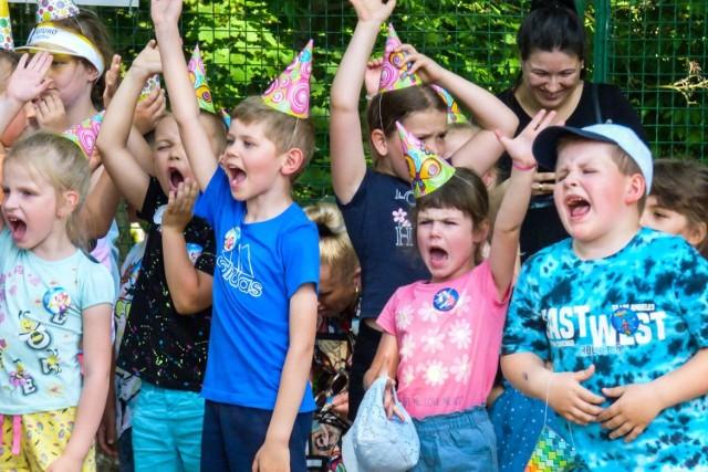 W parku Szprotawskiego Domu Kultury dzieci bawiły się z klaunami