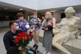 Rodzice trojaczków z Matki Polki zaręczeni. Niezwykłe oświadczyny w holu szpitala przy wypisie ostatniego malucha!