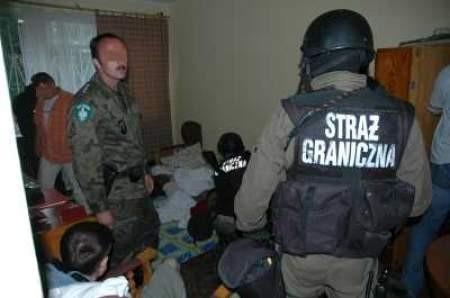Moment zatrzymania członków grupy, która organizowała przemyt ludzi. / materiały straży granicznej.