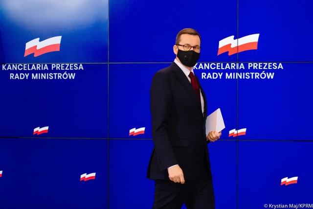 Oto obostrzenia, jakie obowiązują w Polsce od poniedziałku, 1 lutego.   Czy w lutym można będzie więcej niż w styczniu? Tylko nieznacznie, choć co innego wynikało z niedawnych zapowiedzi Mateusza Morawieckiego. Premier deklarował, że w lutym odmrożenia może doczekać się m.in. branża gastronomiczna i fitness. Ale przeciwnikami takiego rozwiązania byli m.in. minister zdrowia Adam Niedzielski oraz doradca premiera prof. Andrzej Horban. Losy obostrzeń ważyły się do środy, kiedy to na kolejnym posiedzeniu zebrał się rządowy zespół kryzysowy.  Jakie decyzje zapadły w kwestii szkół, galerii handlowych, restauracji, hoteli, stoków narciarskich i imprez? Które obostrzenia zostaną zniesione i kiedy się to stanie?   Zobacz na kolejnych slajdach, posługując się klawiszami strzałek, myszką lub gestami.  Przejdź do kolejnego slajdu ---