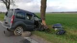 Przeczów koło Namysłowa. Samochód uderzył w drzewo. Poszkodowane są trzy osoby, na miejscu ląduje śmigłowiec