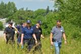 Akcja poszukiwawcza w Wieluniu. Policjanci i strażacy przeczesują okolice ulicy Częstochowskiej ZDJĘCIA