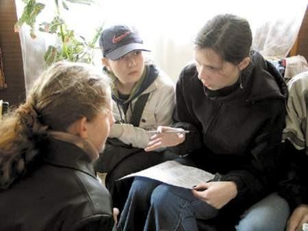 Sonia Kulińska, Klaudia Mustowska i Olga Witkowska podczas zmagań z odczytem mapy.