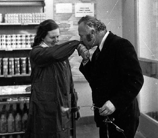Dzień Kobiet w PRL-u hucznie obchodzono. Był goździk i towary luksusowe... czekolada, pachnące mydełko.