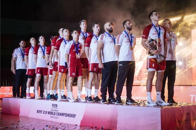 Kuba Olszewski, jako kapitan reprezentacji (pierwszy z prawej) w trakcie ceremonii miał okazję trzymać okazały puchar