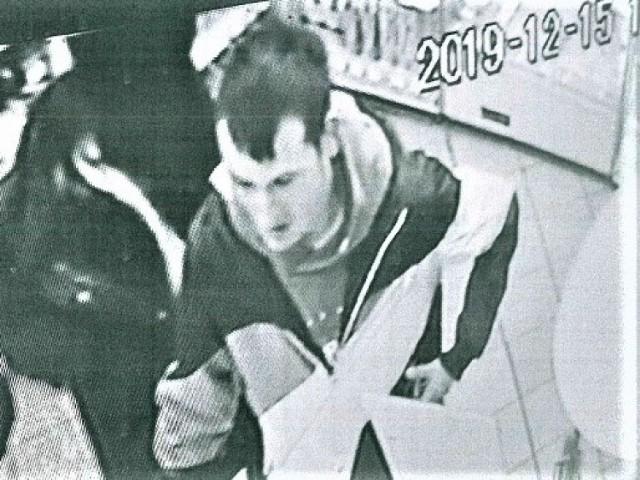 Zabrzańska Policja poszukuje mężczyzny, który podejrzany jest o kradzież karty płatniczej i późniejsze jej używanie