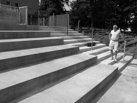 Najbliższy sezon piłkarze z ul. Krakowskiej rozpoczną z nowymi schodami i plastikową trybuną główną. Na przyszłej trybunie stoi wiceprezes Zbigniew Kuczera.