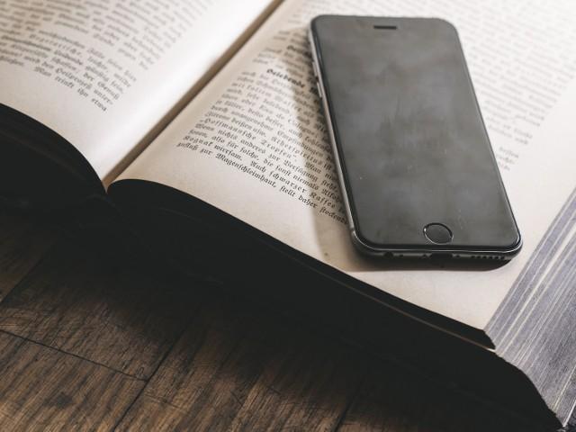 """Nyska biblioteka wraca do wypożyczania książek. Rusza usługa """"Książka na telefon""""."""