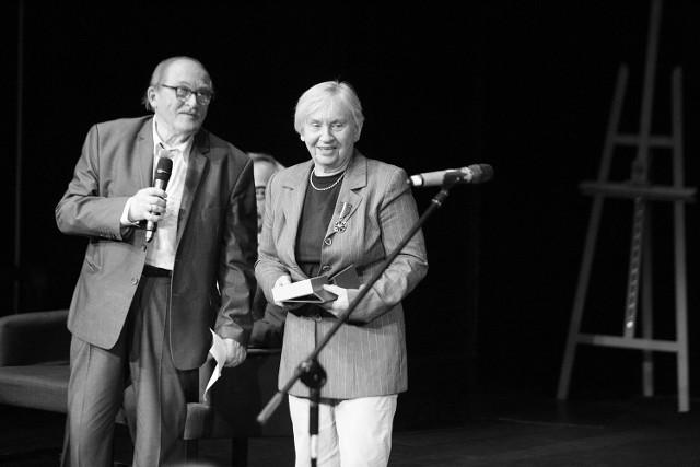 Irena Żukowska-Rumin uhonorowana Brązowym Medalem Gloria Artis (KCK 12.09.2019). Obok prowadzący galę Stanisław Nyczaj