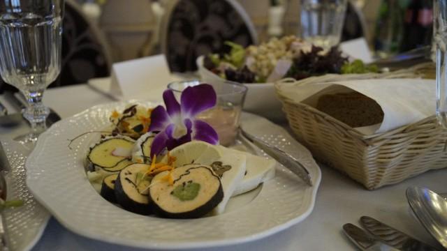 """Za nami jedno z najgorętszych wydarzeń  towarzyskich w naszym regionie. 6 października miał miejsce ślub i wesele syna Zenka Martyniuka, gwiazdy disco polo. Huczne wesele odbyło się w restauracji """"Lipowy Most"""". Zobaczcie, jakie jedzenie było serwowane gościom."""