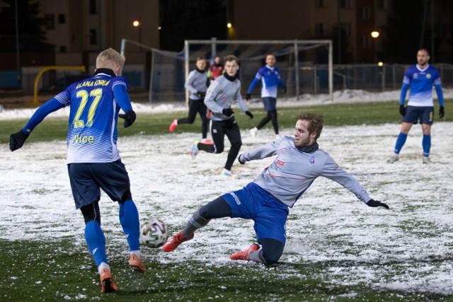 W meczu kontrolnym czwartoligowy Budowlany KS Bydgoszcz przegrał z trzecioligową Elaną Toruń aż 0:7 (0:4).  Na kolejnych stronach zdjęcia ze sparingu>>>
