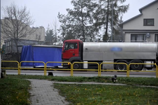 Na drodze krajowej nr 10 w Lipnie doszło w piątek (9 listopada) około godziny 4.00 do groźnego wypadku. Kierujący samochodem dostawczym wyjeżdżając na skrzyżowaniu nie ustąpił pierwszeństwa, przez co uderzył w niego samochód ciężarowy.   Niestety, kierujący busem zmarł po przewiezieniu do szpitala.   Czytaj więcej: Poważny wypadek 3 ciężarówek w Lipnie! Krajowa 10 zablokowana    Flesz - wypadki drogowe. Jak udzielić pierwszej pomocy?