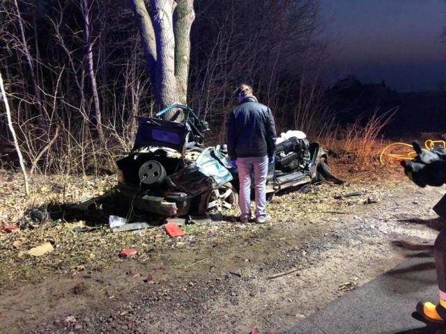 Śmiertelny wypadek w powiecie brodnickim. W Bobrowie samochód osobowy uderzył w drzewo. Dwie osoby zginęły na miejscu.