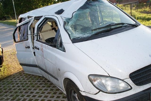 """Do zdarzenia doszło wczoraj przed godziną 12.00 w Pieniężnie.    Ze wstępnych ustaleń policjantów wynika, że kierujący busem, którym podróżowali obywatele Ukrainy, wyjeżdżając z drogi podporządkowanej nie zastosował się do znaku """"STOP"""".   W ten sposób kierowca wymusił pierwszeństwo przejazdu kierującemu citroenem i doszło do zderzenia. Pięć osób z busa i dwie z citroena doznały obrażeń ciała i trafiły do szpitala.   Policjanci wyjaśniają okoliczności wypadku."""