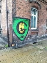 Kibicowskie graffiti szpecą miasto. Czy GKS Katowice zapłaci za ich usuwanie?