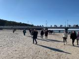 Słońce, plaża i tłumy spacerowiczów. Sobotnie południe w Kołobrzegu [ZDJĘCIA]