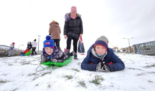 Ferie 2021 w Piotrkowie. Dzieci korzystają z uroków zimy i śniegu. Pogoda dobra na sanki