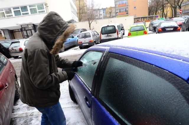 W tym tygodniu osoby, które wstawały wcześnie rano, nieraz musiały skrobać szyby w samochodach. Czy w weekend od rana będzie równie zimno?