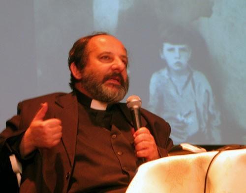Ks. Tadeusz Isakowicz-Zaleski podczas spotkania w Czechowicach