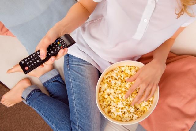 """Czekasz na nowe odcinki """"Rolnik szuka żony"""", """"Kuchennych Rewolucji"""" czy """"MasterChefa""""? Sprawdź, kiedy są premiery popularnych programów telewizyjnych i nie przegap emisji!"""