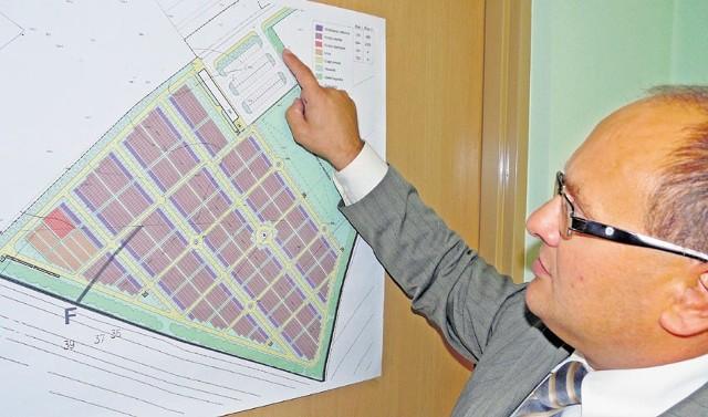 Arkadiusz Gaik z TBS wyjaśnia koncepcję budowy cmentarza komunalnego w Radomsku