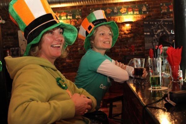 Emerald Irish Pub Al. Jerozolimskie 4  Emerald Irish Pub jest jednym z pierwszych irlandzkich pubów w Warszawie. Gościom towarzyszy muzyka irlandzka, dobry blues, rock, a ten czas można spędzić przy znakomitych irlandzkich trunkach – lany Guinness, Cider, Irish Whiskey. Pub oferuje również szeroki asortyment piw i innych alkoholi. Można również skosztować dania z kuchni irlandzkiej.