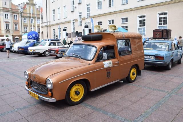 Kilkanaście zabytkowych samochodów zaparkowało na rynku w Opolu