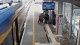 Na przystanku PKM przy gdańskim lotnisku uratowano życie pasażerowi. Użyto defibrylatora