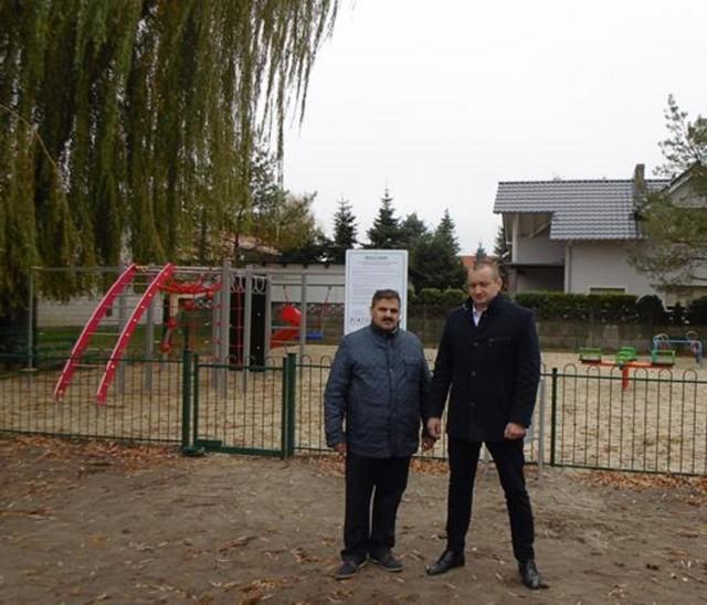 Burmistrz Tomasz Lesiński z wykonawcą inwestycji Januszem Piskorskim, szefem firmy JAN-BUD z Zalesia Wielkiego.
