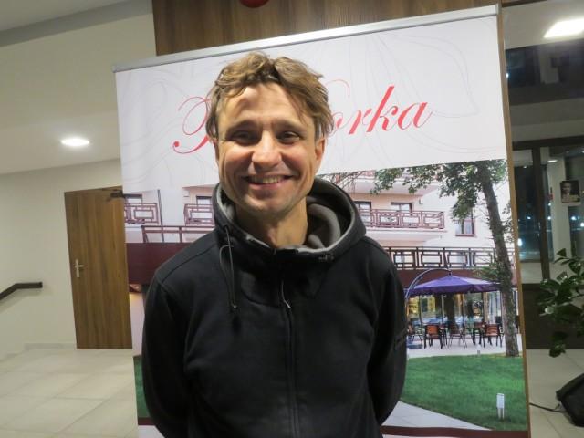 W sali widowiskowej Miejskiego Centrum Kultury wystąpił Janusz Radek, wokalista i aktor inscenizacji muzycznych.W towarzystwie pianisty Tomasza Filipczaka przeniósł widzów w krainę liryki, ale też dowcipu.