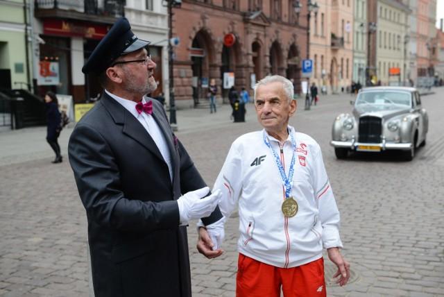 W środę 111 lat skończył Stanisław Kowalski, nie tylko najstarszy Polak, ale i najdłużej żyjący mężczyzna w historii naszego kraju. W wieku 104 lat rozpoczął starty w zawodach lekkoatletów-mastersów bijąc rekord Europy w kategorii wiekowej 100+ na dystansie 100 metrów - 32.79 sekundy. Najważniejsze sukcesy w sportowej karierze osiągnął w Toruniu - w 2015 roku wywalczył tu dwa złote medale halowych mistrzostw Europy, zarówno na 60 metrów, jak i w pchnięciu kulą. W styczniu o panu Stanisławie znów zrobiło się głośno w mediach, gdy przychodnia w Świdnicy (najstarszy Polak mieszka w tym mieście) opublikowała zdjęcia pokazujące, jak szczepi się przeciwko koronawirusowi.   Zobacz zdjęcia Stanisława Kowalskiego ->>>>  Czytaj także: Niesamowity góralski pałac Kamila Stocha. Tak mieszka mistrz olimpijski Luksusowe mieszkanie Zbigniewa Bońka. Tak żyje prezes PZPN